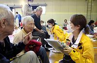 体調不良を訴える避難者を診察する福岡県医師会派遣の医療チーム=19日午後5時9分、熊本市中央区、細川卓撮影