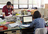 派遣依頼と登録の受け付けを始めたボランティアセンターに問い合わせの電話がひっきりなしにかかってきた=19日午後、熊本県菊池市泗水町吉富