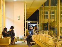 避難先の体育館の通路でおしゃべりをする高校生=19日午前0時19分、熊本市、鎌田悠撮影