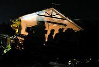 夜間も捜索を続ける自衛隊員や警察官のシルエットが投光器の光で浮かび上がった=19日午後8時3分、熊本県南阿蘇村の高野台地区、竹花徹朗撮影
