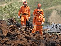 裏山が崩れて4軒が土砂に埋まった熊本県南阿蘇村の高野台団地では、災害救助犬が行方不明者の捜索にあたっていた=17日午前11時58分、西畑志朗撮影