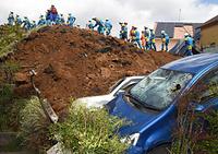 裏山が崩れて4軒が土砂に埋まった熊本県南阿蘇村の高野台団地では、警察官らが捜索にあたっていた=17日午後2時35分、長沢幹城撮影