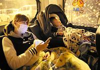 「屋根のある場所は怖い」と車中泊を続けて4日目になる避難者。余震の恐怖と体の痛みで1時間ほどしか寝られないという=17日午後10時33分、熊本市中央区の西山中学校、細川卓撮影
