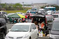 避難者らの車が集まった展示場「グランメッセ熊本」の駐車場=18日午前9時29分、熊本県益城町、加藤諒撮影