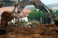 2台の重機が加わり急ピッチで捜索が進められる土砂崩れの現場=18日午前9時35分、熊本県南阿蘇村、長沢幹城撮影