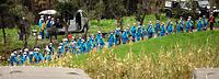 土砂崩れの現場へ捜索に向かう警視庁や長野県警の隊員ら=18日午後1時23分、熊本県南阿蘇村、長島一浩撮影
