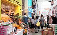 ようやく開店した青果店には、入店待ちの列ができていた=18日午前10時38分、熊本市中央区、細川卓撮影