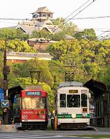 運行を再開した熊本市電。後方は熊本城=19日午前6時37分、熊本市中央区、細川卓撮影