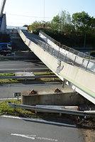 高速道路上に崩落した跨道(こどう)橋の「府領第一橋」。橋を支えていた支柱が外れて転がっている(手前)=17日、熊本県甲佐町、竹野内崇宏撮影