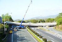 高速道路上に崩落した跨道(こどう)橋の「府領第一橋」。撤去作業が始まっていた=17日、熊本県甲佐町、竹野内崇宏撮影