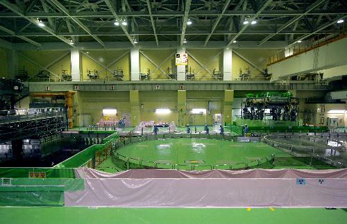 写真:浜岡原発5号機の原子炉建屋最上階。中央の円形の部分の真下に冷温停止した炉心がある。左は燃料プール=26日午前、静岡県御前崎市、川津陽一撮影