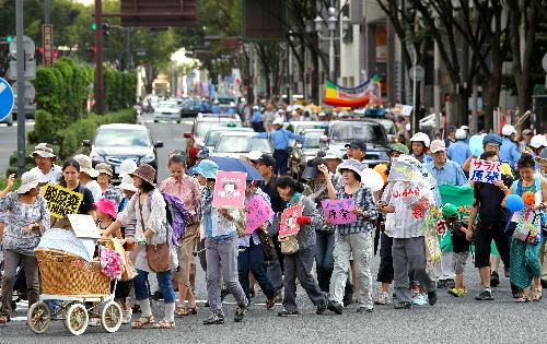 写真:脱原発を訴える看板やポスターを掲げたデモ行進=19日午後2時58分、名古屋市中区、高橋雄大撮影