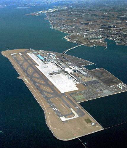 写真:中部空港には緊急事態宣言を出した14機のうち、最も多い5機が着陸した=2005年2月、愛知県常滑市、朝日新聞社ヘリから