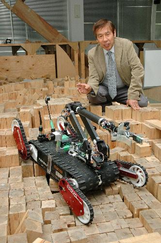 写真:福島第一原発の事故現場に投入される国産ロボットQuince。右は千葉工大未来ロボット技術研究センターの小柳栄次副所長=千葉工大