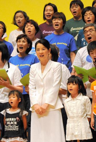 写真:子どもや母親らと合唱する吉永小百合さん=31日、広島市中区、日本母親大会提供