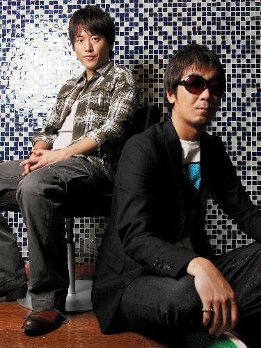 写真:コブクロの小渕健太郎さん(左)と黒田俊介さん