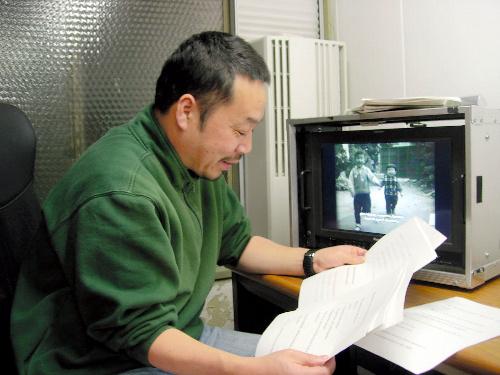 写真:字幕の確認をする前田茂司さん=東京都渋谷区