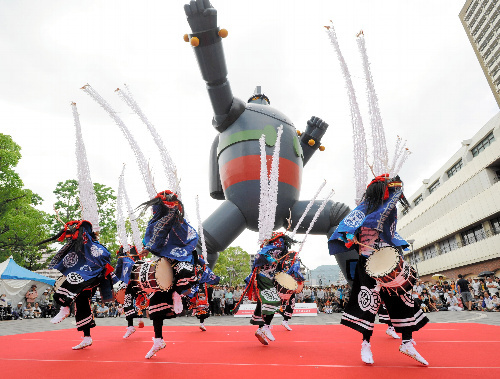 写真:鹿踊を披露する笹崎鹿踊保存会=10日午後、神戸市長田区の若松公園、筋野健太撮影