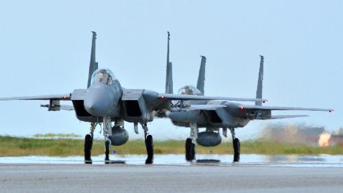写真:百里基地から飛来したF15戦闘機=24日午後3時半、航空自衛隊那覇基地、谷津憲郎撮影