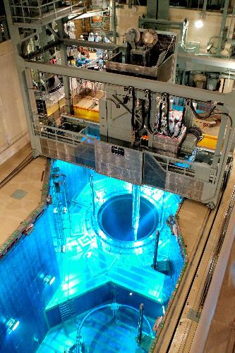 写真:定期検査中の九州電力川内原発2号機で、クレーンのアームを使って燃料集合体をつり上げる作業が公開された=10日午前10時10分、鹿児島県薩摩川内市、溝脇正撮影
