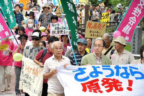 写真:脱原発を訴え、福岡市内を歩く参加者たち=19日午後2時39分、福岡亜純撮影