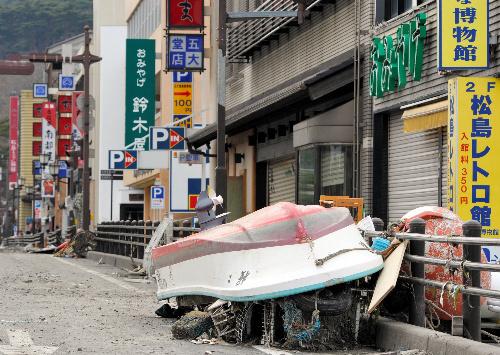 写真:土産物店が軒を連ねる道には船が打ち上げられていた=14日、宮城県松島町、長沢幹城撮影