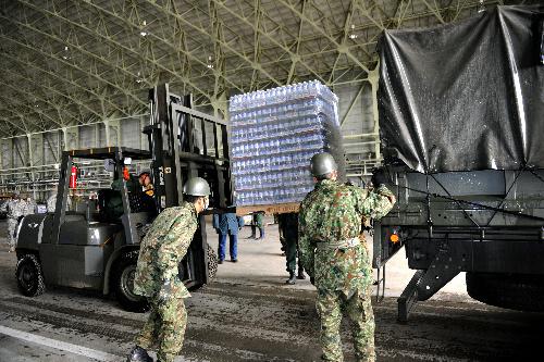 写真:米軍の輸送機で届き、陸上自衛隊のトラックに載せられる救援物資の飲料水。この後、被災地の宮城県気仙沼市へ出発した=16日午後0時55分、同県東松島市の航空自衛隊松島基地、長沢幹城撮影