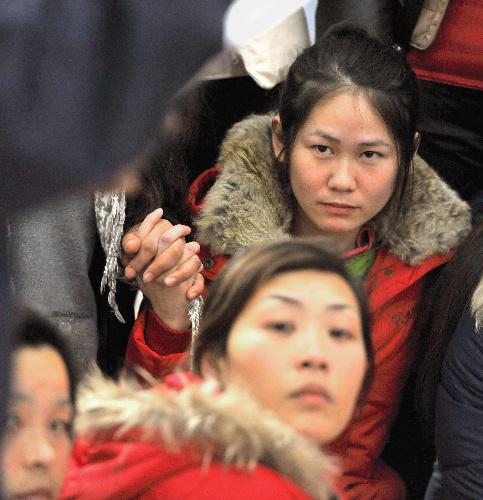 写真:避難所で施設の説明を聞く中国人研修生。水産会社で被災した=14日、岩手県大船渡市、諫山卓弥撮影