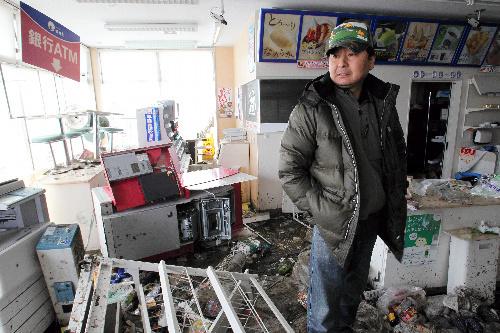 写真:「警察も来てくれないんですよ」。コンビニを経営する安部裕幸さん(50)は現金自動出入機(ATM)の現金を奪われた。レジや金庫など計約80万円の被害。安部さんは地震後ホームセンターの屋上で3日間閉じこめられた。「3日間、強盗の想像をしていたが、まさか本当に起きるとは。まあでも人間だから」と話していた=16日、宮城県石巻市、矢木隆晴撮影