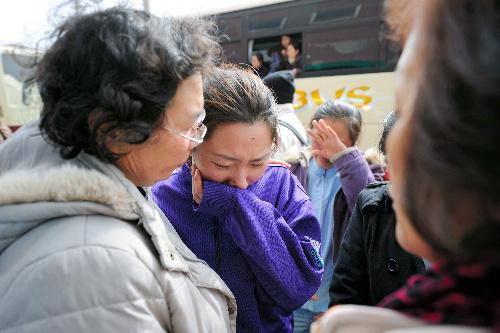 写真:避難生活を終えて中国に帰国する研修生。水産加工会社で働いていて津波に遭った。同じ職場にいた地元の女性と別れを惜しんでいた=17日午前11時15分、宮城県気仙沼市、竹花徹朗撮影
