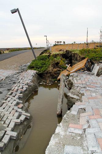 写真:地割れができた堤防道路の遊歩道=千葉県浦安市日の出8丁目、小沢香撮影