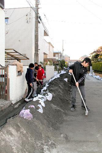 写真:地中から道路や庭に噴き出した砂。一時は街中に積み上げられた=千葉県浦安市弁天、小沢香写す