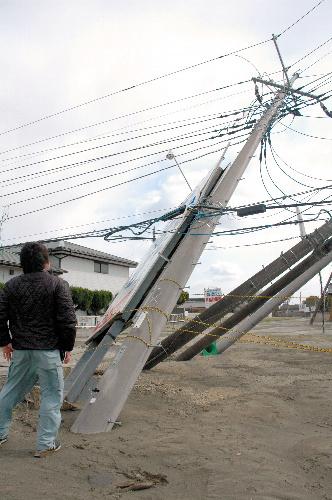 写真:傾いた電柱=茨城県潮来市日の出4丁目、中村真理撮影