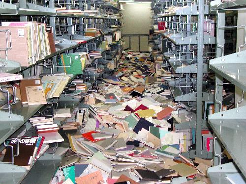 写真:国立国会図書館の蔵書約120万冊が書棚から落下した=国立国会図書館提供
