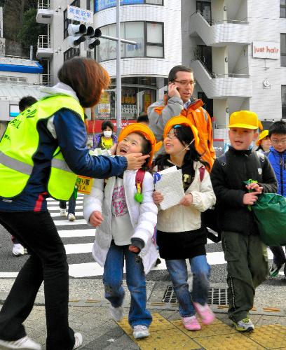 写真:計画停電が始まり、学校の関係者が登校を見守った=15日午前8時6分、神奈川県横須賀市