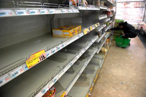 写真:カップラーメンなどの入荷が少なく、スーパーの商品棚は開店直後でも空きが目立った=19日午前、東京都江東区、福留庸友撮影