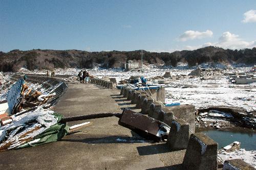 写真:住民たちが「日本一」と自慢していた津波防潮堤。右側奥は壁が破壊されていた=岩手県宮古市田老地区、吉村写す