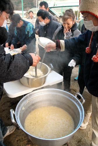 写真:避難所の小学校であった炊き出し。みそ汁には新燃岳噴火の被災地の農家から届けられた野菜が使われた=宮城県石巻市、千葉写す