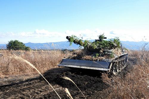 写真:福島第一原発のがれき除去に投入される陸上自衛隊74式戦車=陸上幕僚監部提供