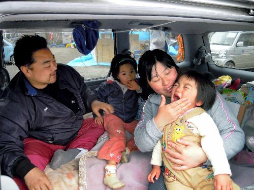 写真:小学校のグラウンドに止めた車の中で生活する村上和浩さん一家=20日午後2時35分、岩手県大槌町