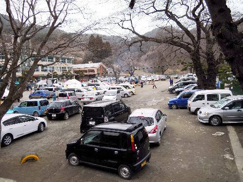 写真:安渡小学校のグラウンドに駐車する自動車。多くの家族が車中泊を続けている=20日午後2時51分、岩手県大槌町