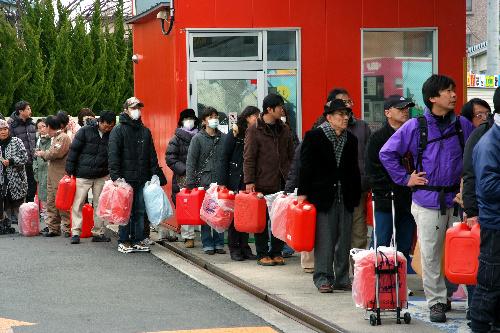 写真:ガソリンスタンドは開店前から行列ができる。先頭の男性は「夜中の2時に来た」と話していた=20日朝、仙台市、冨名腰写す