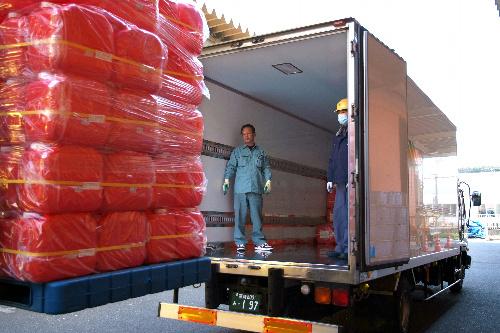 写真:灯油用ポリタンク400個をトラックに積み込む=19日、栃木県那須塩原市、冨名腰写す