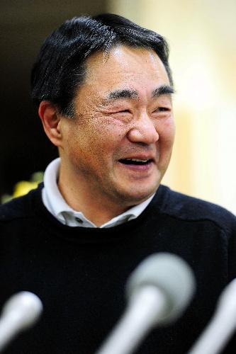 写真:生存を知ったときの心境を聞かれ、笑顔を見せる阿部任さんの父・明さん=20日午後8時22分、宮城県石巻市、伊藤恵里奈撮影