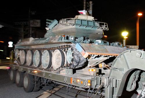 写真:福島県に向け搬送される74式戦車=20日午後9時30分、埼玉県朝霞市、竹谷俊之撮影