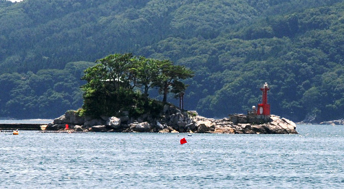 写真:被災前の蓬莱島=2010年7月23日、岩手県大槌町、森本写す