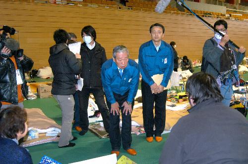 写真:避難所を訪問し、住民に謝罪する皷紀男・東京電力副社長(中央)=22日午後3時、福島県田村市、下地写す