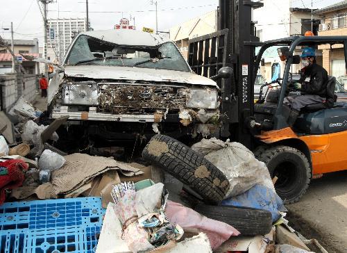 写真:歩道に残された車の撤去が始まった=22日午後、宮城県多賀城市、葛谷晋吾撮影