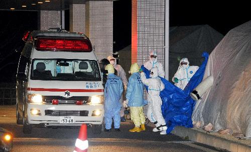 写真:被曝(ひばく)した作業員が福島県立医大病院に運び込まれた=24日午後6時39分、福島市光が丘、飯塚晋一撮影