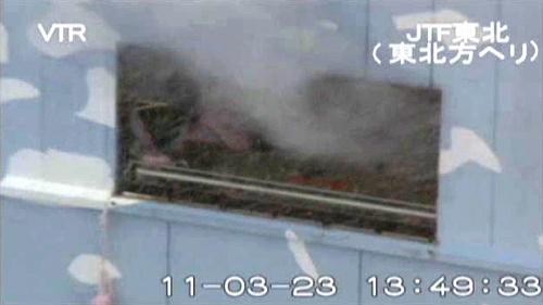 写真:福島第一原発2号機の建屋の壁面から噴き出す白煙=23日、陸上自衛隊提供